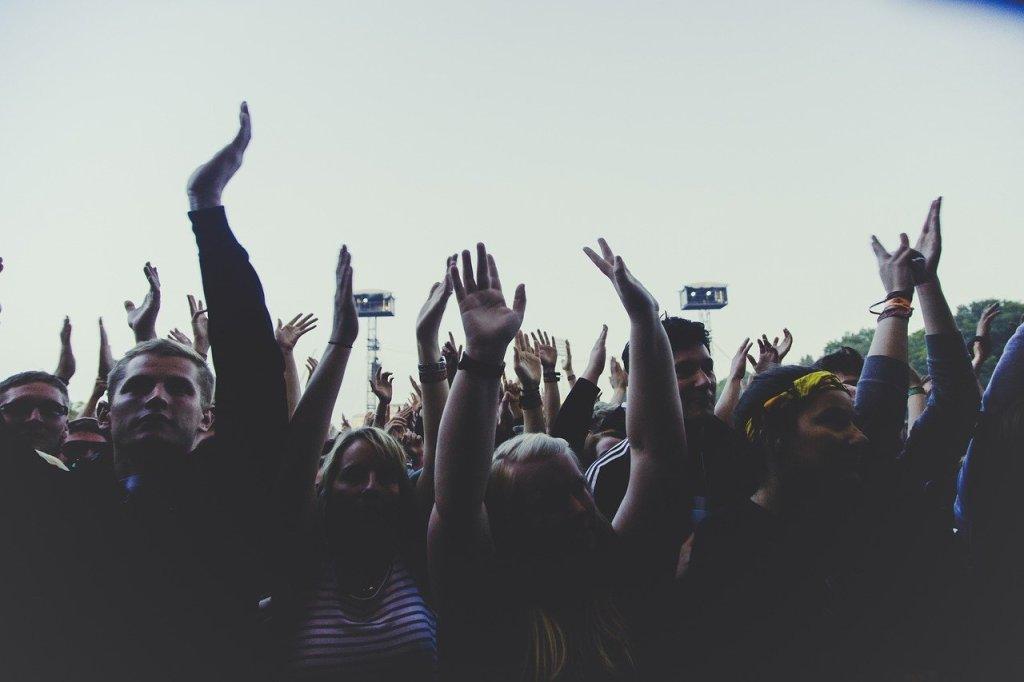 Konserttiyleisö kädet ylhäällä